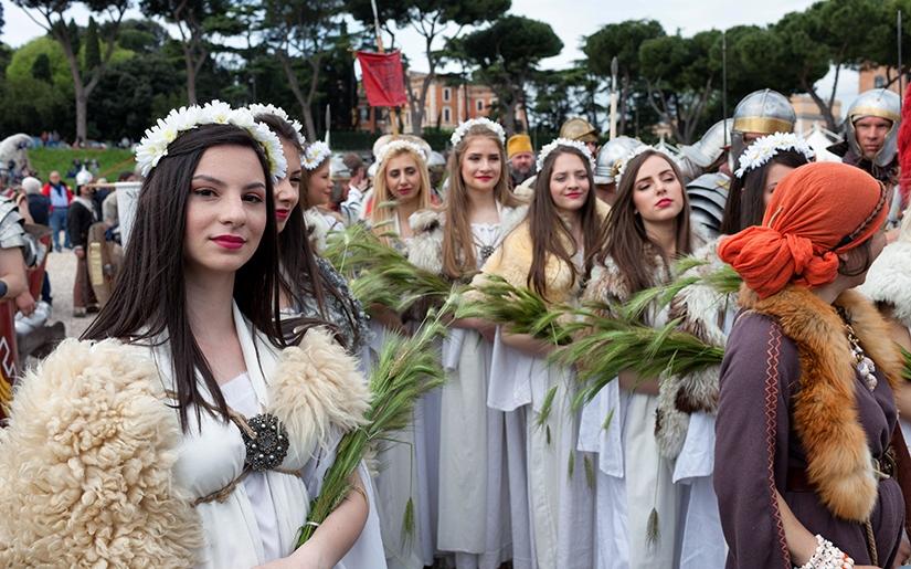 נשות רומא מביאות מנחה לכבוד יום ההולדת של העיר
